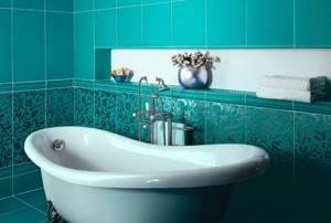 Белая ванна в комнате с бирюзовой плиткой