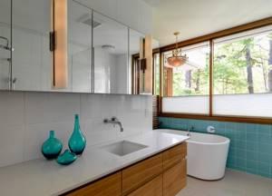 Большие окна в бирюзовой ванной стиля модерн
