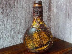 Чтобы декупаж сохранялся на бутылке на протяжении длительного периода времени, ее следует покрыть акриловым лаком