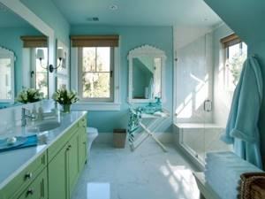 Глянцевый пол в ванной комнате с окнами