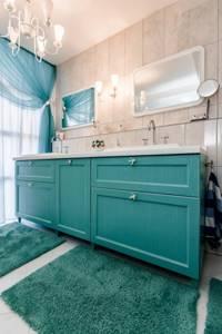 Коврики бирюзового цвета на полу ванной
