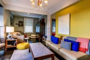 необычный дизайн квартиры в горчичном цвете